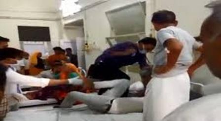 Video वायरल : डॉक्टर ने बेड पर चढ़कर मरीज को पीटा